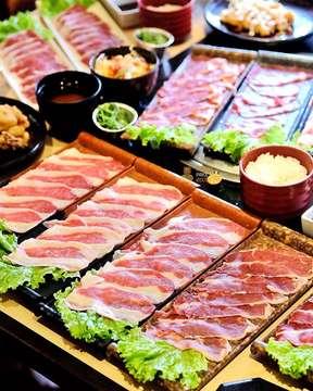 Karena masih awal bulan, banyak temen Mang Mimin yang nyari tempat bukber yang All You Can Eat. Mang Mimin sih langsung aja rekomendasiin @sumeragi_izakaya ke mereka. Paket All You Can Eat doi ada yang mulai Rp 99.000 soalnya! ======================= @sumeragi_izakaya 📍 Setrasari Mall B3 no. 51 lantai 3 🕘 12.00 - 22.00 💰 All You Can Eat mulai Rp 99.000 ======================= Kalau jarang ngambil daging banyak-banyak, paket All You Can Eat Rp 99.000 pasti cocok buat kamu. Soalnya sepaket cuma dapet 4 plate beef tapi side dish-nya semua All You Can Eat. Kalau mau yang semuanya All You Can Eat pesen aja Paket Banzai. Harganya Rp 153.000 udah nett!  Mang Mimin suka All You Can Eat di sini soalnya potongan dagingnya nggak tipis. Varian dagingnya juga macem-macem jadi nggak bosen makannya.  Siapa nih yang mau bukber All You Can Eat?  #makanpakereceh #bandung #bandungfoodies #bandungjuara #bandungbanget #kulinerbdg #kulinerbandung #bandungeatery #instasunda #explorebandung #visitbandung #bandungfood #jajananbandung #infobandung #infobdg #bandungculinary