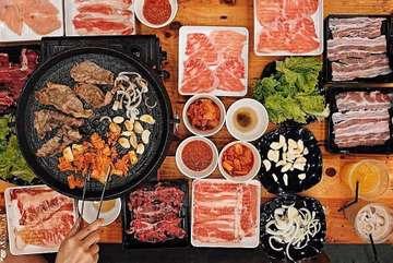 All you can eat korean BBQ @simhae.indonesia 🥩🥓 .  Makan daging sepuasnya hanya 99.000/pax NETT,sudah termasuk minum, nasi, dan sides lainnya. Dan disini juga ada paket premium lho hanya dengan 119.000/pax NETT dengan tambahan daging australian marbling premium beef 🥩 disini tersedia minuman seperti milo, sjora, lemon tea, dan ocha. Kalian gausah khawatir Daging disini selalu fresh karna selalu disimpan didalam pendingin jg. Untuk semua paket sudah NETT ya tidak ada tambahan pajak2 lg hehe  Kapan lagi makan AYCE murah, enak, tempat bs buat sekalian nongkrong 😍 . ⏰ 11.00-23.00 📍lokasinya ada didalam @kakakukujkt ya  Pluit utara raya no 62