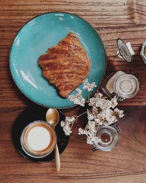 sunday vibes @crumbandcoaster .. [ #kuta #bali ]   #hobikopi #anakkopi #itscoffeestory #althingscoffee #thingsaboutcoffee #badguyscoffee #coffeehouse  #indocoffeegram #masfotokopi #mbakfotokopi #maingopi #likeforlike #yukopi #manmakecoffee #onthetable #cupsinframe #coffeculture #coffeshots #coffesesh #kopi #kopiindonesia #ehayokngopi #coffeeshop #explorecoffee #coffeeshopindonesia #indonesiancoffeeshop #balicoffee #balicoffeeshop  