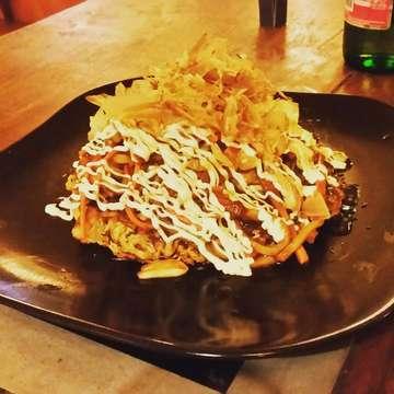 茶色って良いなぁ‼‼‼ お好み焼きの上に、焼きうどんが乗った 萬まるウブドの人気メニュー その名も「大阪城」 バリ島初日から食べすぎ👋😵🍴 #manmaruubud #ubudjapaneserestaurant #ubudsushi #okonomiyaki