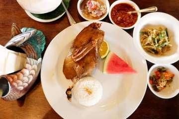[1/3] Bebek Bengil Crispy🦆🍉 IDR 125 . Liburan di Jakarta serasa liburan di Bali yeh makan kesini. Kita nyobain signaturenya deh Bebek bengil crispy jadi nasi pake bebek goreng kering gitu plus cabe2annya yang bikin seru bener😍 . Ada sambel matah, sambel matah cincang, sambel terasi, cabe potong sama sayuran gitu duile bener2 makannya pake tangan terus pake sambel matahnya plus kecap manis yang bener2 dari gamo mesen nasi sampe mesen nasi 2 dong✌ . Terus bebek goreng nya yang crispy banget garing kriuk2 asin gurih wangi dan dagingnya empuk lembut tapi bener sih sambel matahnya berperan sangat penting super endes🌶🌶🌶 9,3/10 . #bebekbengil #bebekbengilbali #bebekbengilubud #maxxbox #foodporn #bali #balifood #balinesefood #balifoodie #foodiejkt #foodiejakarta #kulinerjakarta #kulinerbali #infomakanjkt #infomakanbali #infomakanan #infokulinerbali #foodblogger #indofoodblogger