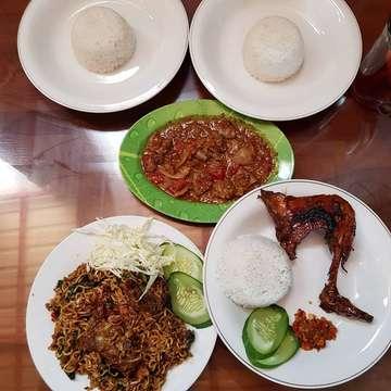 Makan siang kita🤗  #miegorengiga enakk...terfavourite eke #ayambakar #isogongso #ngawulaigabakar #kulinersemarang