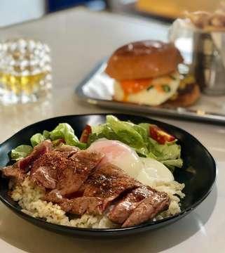 Sirloin Garlic Rice  #sirloin#sirloinsteak #healthyeating #delicious #healthylifestyle #healthyfood #instafood #steak#salad#egg#garlicrice#frenchfried#foodaddict #foodblogger #foodphotography #foodie#eat#makan#kuliner