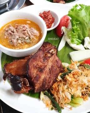 Sebelum tiba di kota Surabaya, kami singgah makan siang di kota Malang dulu 😊 . . Javanine Resto yg menyediakan masakan jawa. Tempatnya luas dan desainnya juga menarik . . Perut sudah lapar, kami mulai pesan banyak menu untuk makan siang. Banyak pesan daging sapi. Gue hanya makan bagianku si bebek dan ayam saja 😊 . . Foto 1 : Nasi Bebek 1/2 ekor. Foto 2 : Ayam ssos Javanine. Foro 3 : Tahu Tek. Foto 4 : Tahu Brontak. Foto 5 : Nasi Buk ala Javanine. Foto 6 : Penyet Ikan pari. Foto 7 : Lontong kikil. Foto 8 : Sop Buntut. Foto 9 : Semur lidah. Foto10: Lokasi. . 📍 @javanineresto, jl. Pahlawan Trip A5, kota Malang. . . #javanineresto#masakanjawa#kuliner#kulinermalang#meueat#meueatkulinermalang2019