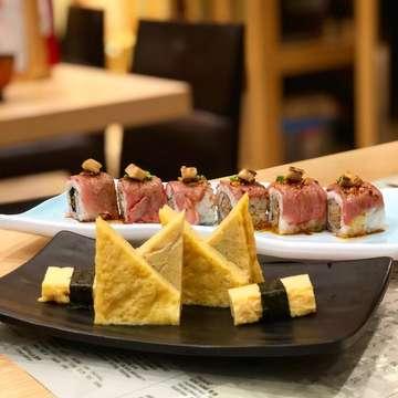 Cold Roasted Egg ❌ Roasted Wagyu, Hamburg & Foie Gras Roll 🍣🍣 •Taste: Cold Roasted Egg (8,5/10) & Roasted Wagyu Hamburg & Foie Gras Roll (8,9/10) •Price: Rp.15,000 & Rp.120,000  Buat yang hobi dan suka makan sushi boleh banget nih coba sushi di Itacho Sushi! Happy eating! ☺️☺️ #sushi #itachosushi #itachosushiindonesia #itachosushisg #itachosushiid #tamagoyaki #coldroastedegg #roastedwagyuhamburg  #tastyjapan #buzzfeedtasty #jajananbooboo #japanesefood #おいしい幸せ2018春 #おいしい #jktfoodbang #kulinertangerang #foodies #jktgo #tastyfood #buzzfeedfood #instafood #foodceleb #foodporn #foodphotography #foodceleb #buzzfeedtasty #buzzfeedfood #jajananbooboo #foodphotography #instafood #instadrink #foodstagram #kulinerjakarta #jktkuliner