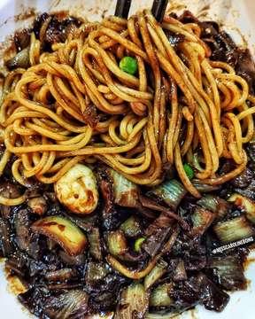 KULINER JAKARTA // KOREAN FOOD Jjajangmyeon terfavorite. Menurut ak ini masih top 3 jjajangmyeon ter-enak di Jakarta. Porsinya gede bangetttt! In Frame: Jjajangmyeon Rate: 👍👍👍👍👍 💸: IDR 65.000 + Tax • • Restaurant: Legend of Noodles Location: Jalan Senopati No 80?, South Jakarta IG: @legendofnoodles #kulinerjakarta #legendofnoodles #koreanfood #jjajangmyeon