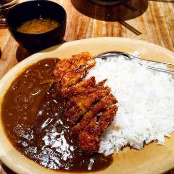 Katsu curry 😋 Currynya jepang memang mantap, rasa gurih asinya kena nasi panas tuh enak banget, kalau suka bisa tambahin kecap asin jepang ke nasi putihnya sedikit biar makin gurih 😍 Katsunya juga empuk garing gitu, ditambah kuah miso sup 😋😋😋 Btw bagi yg punya zomato gold, disini foodnya buy 1 get 1 yaaa ° 🐖 : ✔️ 🏠 : HACHIMAKI 📍 : Jl. Mandara Permai VII,, Ruko The Metro Blok 6 No. KR,, Pantai Indah Kapuk, Kapuk Muara, Penjaringan,