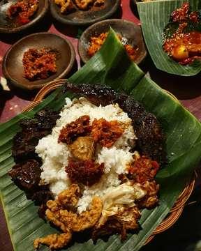 Satu hal yang gua sadari tiap kali makan masakan indonesia adalah... kehadiran sambal selalu membuat makanan lebih enak 2 level 😂🤣🤣. Apalagi teman makannya sama lele, paru, iso, babat, dan jambal 👍👍👍! Di sini @waroengss , kamu bisa coba beragam macam sambal yang oke banget rasanya - Mulai dari sambal bajak, sambal bawang, sambal terasi, sambal ijo, hingga sambal cumi . ⭐⭐⭐⭐ . 🍛 Nasi Putih + Jambal + Paru + Babat + Iso + Kol Goreng + Cumi Goreng Tepung + 7 Macam Sambal 🏠 Waroeng SS (Spesial Sambal) 🏷 +/- 55.000 IDR