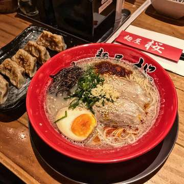 Perfect dish for this rainy day @menyasakura.official 🤩🤩. . ⭐⭐⭐⭐⭐ . 🍜 Tonkotsu Ramen 🏠 Menya Sakura, Lotte Shopping Avenue, Jakarta, Indonesia 🏷 65.000 IDR