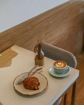 Berbukalah dengan yang ada, karena yang setia belum ada 🕵️ . . #latepost #masfotokopi #mbakfotokopi #anakkopi #hobikopi #coffeequotes #manmakecoffee #happyboringlife #indocoffeegram #instagood #instadaily #instalike #instalikes #likeforlike #likeforlikes #like4like #like4likes #like #awesome #sonya #coffeetable #coffeeshop #coffeeshopbdg #sonya #50mm #coffeeshopvibes #coffeeart