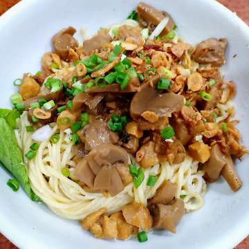 Mushroom chicken noodle . . #noodle #noodlelover #chinesenoodles #igfood #ignoodleasian #foodporn #foodstagram #chickennoodles #mushroom #asiannoodles #noodleporn
