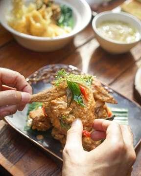 Salah satu teman ngopi paling cocok buat sore gini, Salted Egg Chicken Wings  Dengan salted egg sauce yang asin manis pas dan glazed perfectly, snack ini bakal bikin kalian finger licking good deh O'lovers! 😋  #kulinermalang #malangfoodies #malangkuliner #infomalang #kabarmalang #infomalangraya #mlgfoodies #mlggoodplace #mlggoodfood #malang #malangkipa