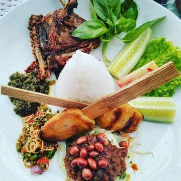 Traditional Indonesia food#nasicampurbali#nasiudukunggu#satejamur#naturephotography#naturecooking#view#