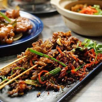 Hari ini macet bangetttt , drpd macet macetan di jalan meningan makan aja yuk di @samswok_id  Sate Kulit  Sam's Wok  Kota Kasablanka  #stculinaryid #samswokid #samswok #kotakasablanka #chinesefood #food #foods #foodlovers #foodlover #foodies #foodie #tastemade #kulitayam #sate #satay #satekulit #chickenskin #chickensatay