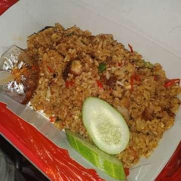 Baru kali ini gw makan nasi campur antrinya alamaaaaakkkkk 45 menit lebih sampai barisssss dan yang punya tempat sampai nutup pintu, padahal dagangan masih banyak, dengan alasan order segunung ga mau dimaki2 pelanggan namanya Nasi Campur PigBull. O...iya ini hainam campur dan nasgor samcan. Untuk rasa 8,5/10 💸50Rban 📍 Lokasi : PIGBULL, Sudirman Street, Bandung . . . #foodie#foodgasm#pork#nitamakan#foodstagram#instafood#eater#foodlover#infokuliner#foodpic#foodblogger#mukbang#yummy#anakjajan#jktfoodbang#porklovers#hainamrice#kulinerbandung#sudirmanstreet#foodhunter#bandung#laperbaper#chasiu#friedrice#indonesianfood#gedeinperut#nasigoreng