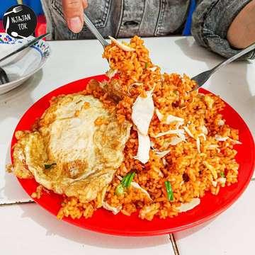 """[ CHINESE FOOD PORSI JUMBO TERENAK 🤩 ] . In Frame : - Nasi Goreng Spesial +/- 24k💸 . Highly recommended, depot chinese food kaki lima tapi rasanya asli uenak😋😋. Porsinya disini jumbo jumbo, bisa dimakan 2-3 orang dengan harga cukup 24 ribuan hehe. Ini aja dimakan berdua masih kewareg'en 🤣🤣. Depot cak win ini walaupun porsinya jumbo tapi cita rasa tetep 💯💯 . 🏠 DEPOT CAK WIN 📍 Jl. Gubeng Kertajaya XIII E No. 33 Surabaya 🗓 Sabtu-Kamis 11.30-18.00 📅 Jumat 13.00-18.00 . 🍴GO FOOD 🍴GRAB FOOD ‼️HALAL‼️ . """"WES NJAJAN DINO IKI REK?"""" .  #njajantok #njajantokunder25k"""