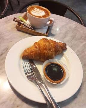 Paling suka kalau ke TLJ, semuanya enak dan banyak pilihan... biasanya cuma take away tapi kali ini dine in karena abis capek jalan sendirian ketika bosan melanda dan lagi pengen menyendiri, halah... . . . 📍 Tous Les Jours. ⭐ 8/10 📷 on frame : - Cappucino. - Croissant plain. - Chocolate tart. #kulinerjakarta #touslesjours #bakery #pastry #croissant #chocolate #tart #coffee #cappucinno #coffeandcroissant #yummyfood #foodie #foodlover #foodhunter #foodgram #foodporn #foodgasm #foodpic #instafood #instagood #instapic