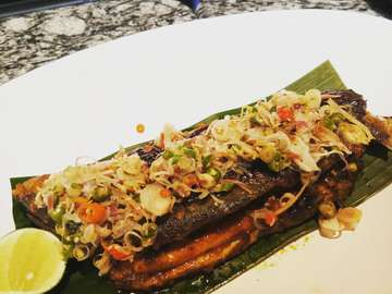 Chapter 75 of  365  Ujan ujan gini enaknya ditemani dengan ikan bandeng sambal matah yuks. Ikan nya lembut banget tanpa duri cara masaknya di panggang. Ini tempatnya di daerah alam sutra ya gaes. Yg lagi main ke daerah tangerang jangan lupa melipir ya. Happy Sunday !! Lokasi :@kayukayurestaurant Harga:IDR 103.000,- . . . . .  #travelling #food #jalanjalan #makancemilan #foodblogger #cemalcemil #lomiechuantin #lomie #chinesefood #jakartakuliner #nicefood #happy #goodfood #chinese#foodblogger #vblog #kulinerjakarta #ayamnanking #pepperlunch #sizzling #japanesefood#hokkaidoizayaki#makananjepang#kopikenangan#kenaganterindah#kopimantan#kopihits#alamsutra#kayukayurestaurant#indonesiafood#ikambandeng