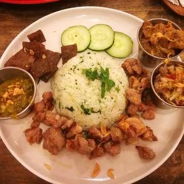 來巴厘岛一定不能錯過這裡的豬肉餐,便宜又好吃,份量也不少。。。值得! 這次點 Nasi Campur Pork Star 配給我們4種不同的豬肉風味,建議米飯加5000盾印尼幣 升級成 奶油飯  Pork Star Pork Ribs 也不能錯過,他們的豬肋排非常的軟嫩,因為我個人更喜歡偏鹹口味認為他們家的醬料有點甜 不過還在能接受的範圍  非常推薦的一家餐廳。。絕不後悔! --------------------------------------------------------------------------- 📍 :88, Jl. Nakula, Legian, Kuta, Badung Regency, Bali 80361 🕔 :Everyday 10:00~10:00 🔎 :  @bali_porkstar 推荐程度: 🌕🌕🌕🌕 ---------------------------------------------------------------------------