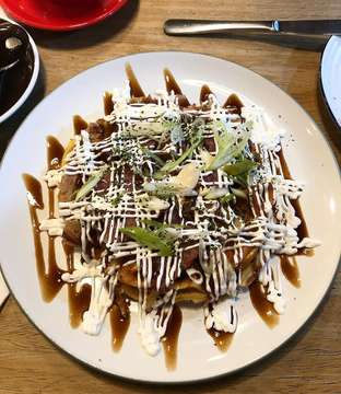 The best collaboration of east meet west. Okonomiyaki x waffle = okonowaffu. Cabbages, beef bacon eggs and waffle batter 🍳 🥓 topped with dried bonito flakes 😋😋😋😋 #waffles #okonomiyaki #waffle • • • 📍 @brownfoxwaffle • • • • • • • • • #eeeeeats #foodie #foodies #foodblogger #foodgram #foodlover #foodpic #forkyeah #foodbeast #foodblog #foodstagram #feedfeed #instafood #eatingfortheinsta  #buzzfeast #buzzfeedfood #spoonfeed #beautifulcuisines #newforkcity #kulinerjakarta #huffposttaste #kuliner #dailyfoodfeed #f52grams #foodgasm #foodoftheday #foodphotography