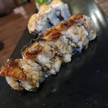 Buat kalian yang mau makan banyak sushi tapi takut kemahalan? Tenang aja! Ada @3wisemonkeys_id yang bisa jadi jawaban kalian untuk makan banyak sushi sepuasnya selama 2 jam loh!! Kita recommend kalian untuk pesan yang Aburi Salmon with Truffle Sauce, Salmon Lava, Tsuyu Salmon Sashimi, Tsuyu Black Pepper Steak Mini Donburi, dan Crispy Unagi Roll😜😋 Dijamin puas banget karena ikannya fresh banget!! • • • • • All You Can Eat - Rp 244.000,- nett #3wisemonkey #allyoucaneat #ayce #sushi #salmonlava #jakarta #samsunggalaxys8 #steak #tsuyu #unagi #truffle #recommended