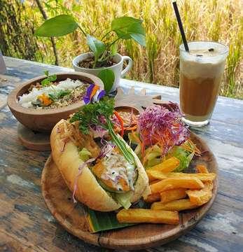 Grilled chicken bahn mi nya enak! Ayamnya pake bumbu kuning gitu.. rasanya mirip kare. Unik dan enaak 😁 . Nook, Bali