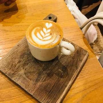 Coffeebreak at @nomzjakarta @grandindo 280419 #nomz #nomzkitchenandpastry #nomzjakarta  #cappuccino #machiatto #moccaeclair