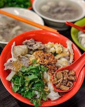 Uda pada pernah nyobain @baksoakiaw99 ?? . Nah ini salah satu restoran yang harus kalian datengin kalo lagi main2 ke mangga besar. . Jadi mereka provide bakso, irisan daging sapi, dan jeroan, serta ada seafood juga loh. untuk karbohidratnya, ada kwetiau, bihun, mie dan nasi juga . . enak banget sih menurutku, dagingnya manis banget dan yang pasti banyak banget deh dagingnya, pokoknya super in love with @baksoakiaw99 dari dulu sampe sekarang ❤️ . . . . 📍: @baksoakiaw99 . 💰: 50k . 🏆: 4.5/5 . . . . Repost dari @jkt_foodhunter #jkt_foodhunter #ngiler #ngidam #food #foods #foodie #foodblogger #foodies #makan #laper #lapermata #ngilerbanget #baksoakiaw #enak #bikingendut #kenyang  #enakbanget #kuliner #akiaw #kulinerjakarta #kwetiau #tempting #lagiviral #viral #manggabesar #halal #jktfoodbang #jktfooddestination #ragamkuliner #ragamkulinerindonesia