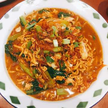 Who's craving with this signature mie jawa? . . . #jktfoodbang #jktfooddestination #eatandeats #anakjajan #wisatakuliner #foodgasm #foodporn #foodgram #foodies #instafood #tasty #makanenak #rekomendasikuliner #kulinernusantara #kulinerjakarta #food #kulineran #tempatnongkrong #viral #makananviral #foodviral #makananenak #makananhits #jakarta