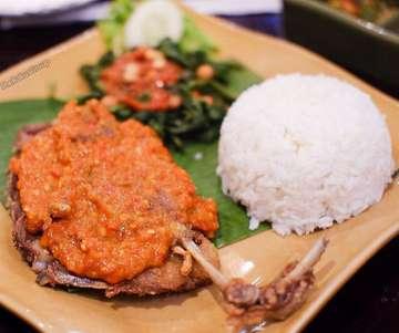 Pecinta bebek #bebeklovers mana suaranyaa? 😜  Hari ini kita makan malam Bebek Goreng Crispy di @bebeksangeh  Bebeknya digoreng sempurna, tekstur dagingnya juga lembut. Makin mantap karena dilumuri dengan sambal khas Bali yang cukup pedas, serta disajikan dengan nasi hangat.. 📍 @bebeksangeh  Taman Anggrek Mall . . . . . . . . . . . . . . . . . . . . . . . . . . .  #therakusgroup #kulinerjakarta #jktfoodlover #jktfood #foodbloggerjakarta #foodie #foodofinstagram #lovefood #foodblogger #foodbloggerjakarta #jktgo #dietmulaibesok #foodie #indoensianfood #eatandtreats #makanan #anakjajan #laperbaper #jktinfo #makan #makanmakan #wowkuliner #doyanmakan #kulinerpedas #makananbali #makananbalidijakarta #bebekgoreng #food #foods #crispyduck #crispyduckbali