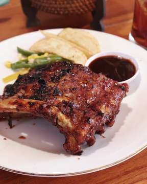 Our photographer @moment.project told us to try this affordable pork ribs in Ubud, Warung Kayana. This price is very reasonable price 27K for small, and 40k for a large portion. . Yummy and tasty BBQ ribs worth giving it to try for the price compare to other BBQ pork ribs Warung . Yang sangat disayangkan tikusnya banyak bangeeeet😑😑😑😑 . #raynaldymartz #babyporkribs #porkribs #warungkayana #balinese #balifood #vacation #jakartafood #like4like #jakartacullinary#foodgasm #lifecravings #tempting #guiltypleasure#kuliner #foodstagram #foodgawker #jktfoodbang #jktfoodies #jktgo #eatfolks#thefeedfeed #buzzfeedfood #instadaily #f52grams