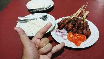 Bosen makan ketupat 🐐 #lebaran #idulfitri #eidmubarak #satekambing #kulinernusantara