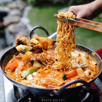 Repost @lets.go.eat ・・・ Makan korean BBQ berdua cuma 100K ,apalagi di tanggal tua . bisa loh di  @sadangkoreanbbq.bdg _________________________ Ramyeon Tteokbokki IDR 110.000 _________________________ Dan sekarang banyak menu baru loh, ada Ramyeon Tteokbokki, Kimchi Bokkeumbap, Cube Wagyu, dan masih banyak lagi. Dan asiknya lagi ada ada promo Happy Hour setiap jam 11-5 sore, kamu bisa dapet Seogogi, Chadol, Dalggogi, 2 nasi plus kimchi cuma dengan 100K aja . . Capcus yg pengen makan Korea dgn harga bersahabat. Berangcut! - - Lokasi: SADANG KOREAN BBQ @sadangkoreanbbq.bdg Jl. Wastukencana 63 Bandung . Buka Jam 11:00-22:000 - #LGEXsadang#sadang #sadangkoreanbbq#letsgoeat #letsgoeatall #instasunda #duniakulinerbdg #indonesianfood #visitbandung  #hobikuliner #bandungjuara #culinary #kulinerbdg  #explorebandung  #makanpakereceh #bempculinary #foodgallerybdg #bandungfoodsociety #discoverbandung #jktfoodhunting #jajananbandung #terfujilah