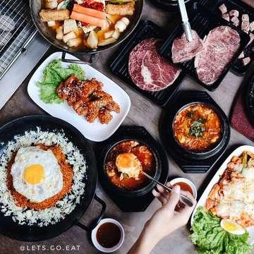repost @lets.go.eat ・・・ Makan korean BBQ berdua cuma 100K bisa loh di  @sadangkoreanbbq.bdg setiap hari dari Jam 11 siang - 3 sore. Kamu dapat beef,chiken,2 nasi dan 2 minum. Selain itu banyak menu barunya loh ______________________________ Kimchi Bokkeumbap Rp 55.000 DakTwigin Rp 45.000 Cube Wagyu Rp 55.000 Saikoro Rp 55.000 Deungsim Rp 79.000 Gyeran-jjim Rp 30.000 ______________________________ Dan sekarang banyak menu baru loh, ada Ramyeon Tteokbokki, Kimchi Bokkeumbap, Cube Wagyu, dan masih banyak lagi.  Capcus yg pengen makan Korea dgn harga bersahabat. Berangcut! - - Lokasi: SADANG KOREAN BBQ @sadangkoreanbbq.bdg Jl. Wastukencana 63 Bandung . Buka Jam 11:00-22:000 - #LGEXsadang#sadang#LGExkoreanfood #sadangkoreanbbq#letsgoeat #letsgoeatall  _ #instasunda #duniakulinerbdg #indonesianfood #visitbandung  #hobikuliner #bandungjuara #culinary #kulinerbdg  #explorebandung  #makanpakereceh #bempculinary #foodgallerybdg #bandungfoodsociety #discoverbandung #jktfoodhunting #jajananbandung #terfujilah