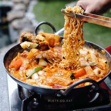 repost @lets.go.eat ・・・ Makan korean BBQ berdua cuma 100K ,apalagi di tanggal tua . bisa loh di  @sadangkoreanbbq.bdg _________________________ Budae Jjigae Rp 130.000 _________________________ Dan sekarang banyak menu baru loh, ada Ramyeon Tteokbokki, Kimchi Bokkeumbap, Cube Wagyu, dan masih banyak lagi. Dan asiknya lagi ada ada promo Happy Hour setiap jam 11-5 sore, kamu bisa dapet Seogogi, Chadol, Dalggogi, 2 nasi plus kimchi cuma dengan 100K aja . . Capcus yg pengen makan Korea dgn harga bersahabat. Berangcut! - - Lokasi: SADANG KOREAN BBQ @sadangkoreanbbq.bdg Jl. Wastukencana 63 Bandung . Buka Jam 11:00-22:000 - #LGEXsadang#sadang #sadangkoreanbbq#letsgoeat #letsgoeatall #instasunda #duniakulinerbdg #indonesianfood #visitbandung  #hobikuliner #bandungjuara #culinary #kulinerbdg  #explorebandung  #makanpakereceh #bempculinary #foodgallerybdg #bandungfoodsociety #discoverbandung #jktfoodhunting #jajananbandung #terfujilah