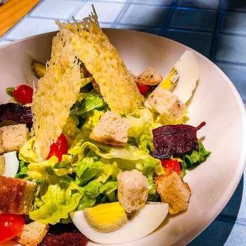 Sudah dapat ide ingin berbuka dengan apa? Summer salad dari @pishposhid bisa jadi pilihan loh. Isinya beragam warna-warni ceria musim panas. Apalagi ditengah cuaca masih sering hujan gini, sangat menyehatkan makan salad yang kaya nutrisi ini. Aku suka kombinasi salad yang terlihat simple ini.  #foodoftheday #pishposhid #summersalad