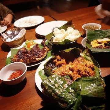 Ayam Bakar Daun : 👍👍👍👍 Ayam Bakar Warisan : 👍👍👍👍 . #food #foodlover #foodporn #foodpic #eat #instafood #instaeat #instalike #instapic #sharefood #foodstagram #cuisine #potd #picoftheday #foodie #foodgasm #igfood #foodphotography #delicious #tasty #jktfoodies #jktfoodbang #kuliner #jakartaculinary #hobimakan #anakjajan #anakjajanjakarta #sellyfooddiary