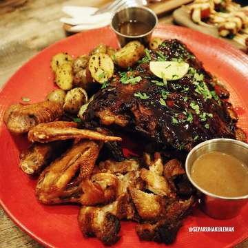 Selama di Bali, beberapa dari kalian rekomendasikan makan di Pork Star. Aku pesen menu paket Mix Platter untuk porsi berdua, isinya : • 2 Baby Potato • 2 Platter Sauce • Pork Ribs • Pork Belly • Chicken Wings . Untuk Sauce bisa request 2 macam, aku pilih Truffle Sauce & Blackpepper Sauce. Wah yang Truffle Sauce enak banget, apalagi dicocol sama Pork Belly 🥰 dan rasa makanan disini enak! Ribs nya empukkk, bumbu nya meresap dan baby potato nya juga endes. Besok makan sini lagi ah hahahaha . In Frame : Mix Platter - IDR 165,000 (not included tax) . Lokasi : Pork Star Bali (Non Halal) Jl. Nakula Barat No. 88C, Badung, Bali . #separuhakulemak #separuhakulemakbali