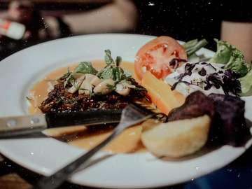 #XadJavaBali Kuliner Solo Omah Selat & Gallery, Solo. . . Suksessss bgt pokoknya makan siang disini!  Tadinya mo ke selat warung mbak sri yg kondyang itu, tp kok ragu ada menu buat bocah. Ahirnya cobain kemari, eeee semua senang semua kenyang.. . . #recommended 🤟🏻 . . #xadtrip  #AikiaGung #ArtediaLive  #xadika #kulinersolo #solo