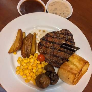 Menu buka puasa hari iniiiiiiiii..... Happy Iftar! 💜 MC Steak 200 GR // Sauce Selection: Creamy Mushroom & Beef Demi-Glaze 🥩👌🏻