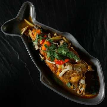 "Get ready for a seafood fest! ""Dtohm yam"" seafood with lemongrass galangal shimeji mushrooms daun kelor coriander lime juice tomato and chilli oil. . . . . . . . . . . #somchaibali #bali #thairestaurant #bangkokstreetfood #hmongfood #streetfoodlover #balirestaurant #thaifoodlover #thaistreetfood #baliguide #onmyplate #aroii #letseat #asianfood #eatingfortheinsta #thaifoodbali #thaistreetfood #realfood #onthetable #eeeeeats #balifoodie #fbalieats #hungry #seminyakfood #lunchseminyak #dinnerseminyak #delicious #seminyak #seminyakbali #balifoodiesseminyak"