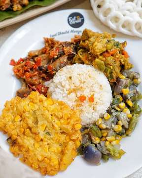 [SWIPE] EATSTREET ! ---------------------------------------------------- Eat street ini bukan eat street namanya kalo makanan yang dijual cuma sejenis dua jenis ---------------------------------------------------- @eatstreetjakarta ini beneran namanya eat street karena jenis makanan yang bisa kamu temuin di sini macem macem banget ! Dari ayam geprek sate kulit sate usus goreng garing pake cabe nampol, ikan roa manado pake bakwan jagung, gudeg jogja sampe nasi hainan bahkan beef rice bowlnya @kazuhiro.id aja bisa kamu temuin di sini ! ---------------------------------------------------- Nah @eatstreetjakarta ini ada di arta gading lantai 2, buat kamu yang lagi deket deket sini terus pengen makan siang asik, yuk mampir dan pilih langsung makan siang yang kamu suka ! ---------------------------------------------------- • • • • • #spiceupyourpalette #jkt #jktfoodies #jktfoodbang #instalike #instafood #amateurfoodgrapher #foodstagram #foodshare #flatlay #foodporn #foodvsco #tastingtable  #recentforrecent #asia #instabuzz #likeforlike #vscogrid #jktfooddestination #foodpedia #l4l #sfs #foodstylist #foodphotographer #foodies #vsco  @buzzfeedfood @foodvsco @food52 @beautifulcuisines @thefeedfeed @linda_lomelino @_foodstories_