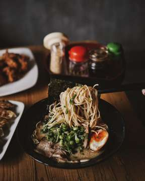 Pengen makan ramen yang rasanya otentik Jepang banget? Nah cobain nih @tsurukamedoujkt yang dibawa langsung dari Nagoya ke Jakarta. . Menu yang kali ini gue pesen yaitu Tonkotsu Ramen dengan topping pilihan daging chasiu. Ini non halal ya guys! Yang bikin enak lagi ini kuahnya super creamy dan rich banget soalnya kuahnya dimasak 12Jam. Kebayangkan enak nya! . . . . . #kyoumakanmakan #ramen #tsurukamedou #tsurukamedoujkt #ramennoodles #noodles #noodle #noodleworship #jktculinary #jktfoodies #anakjajan #foodporn #foodgasm #jktfoodbang #yummy #instagood #food #delicious #foodpics  #eeeeeats #eatfamous #liveauthentic #foodbeast #feedfeed #dailyfoodfeed #lifeandthyme #f52grams #tastingtable #onthetable