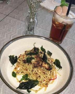 "Spaghetti Aglio Olio With Chicken - (IDR 60.000) Dragon Bowl - (IDR 50.000) Roasted Chicken Half - (IDR 85.000) 📍Jakarta, Indonesia • Makanan & Place nya oke bngt bwt yg mau belajar atau nongkie"" aja ☺️. Their Aglio Olio enk everything the oil, chicken nya smua empuk & pas tasty 😋. But i love love their Roasted Chicken 🍗 tp ini ke bnykan si bwt porsi cewe 👧🏻 kalian bisa sharing. Bakal balik lagi & lagi krna tmptnya jg cozy. • Rate: (7.8/10) ⭐️"