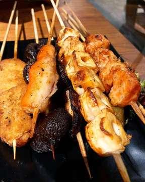 [FOOD ACCEPTED] Siapa sih yang gamau makanannya variatif, enak, tp harganya juga terjangkau? Nahh makan ajaa nihh berbagai jenis sate satean mulai dari sate daging (sapi, ayam, babi), sayur, jamur (enoki, shitake), telor, salmon dan lainnnyaaaa di @shaokaopik ! Kita kemarin makannya yang di gading serpong yaaaa 😋 . . Rasanya bener bner enak bgt, bumbunya ngeresep sempurna ke satenya, bisa pilih asin or bbq sauce, dan gak cuma sate mereka ada jual otak-otak, kulit ayam, dan berbagai makanan berat lainnya. . . Buat yang laper dan penasaran langsung ajaa cobain! It will be worth it 🤩🤩 #eatandtreats #foodaccepted #foodgram #jakarta #indonesia #happytummy #sweet #cafejakarta #jakartarestaurant #delicious #recommendedfood #somethingtasty #healthyfood #foodporn #eatandshout #foodphotography #foodgasm #culinary #vscofood #foodstagram #kuliner #kulinerjakarta #cafe #streetfood #kulinernusantara #chinesefood #gadingserpong #pik #jakartautara #shaokao