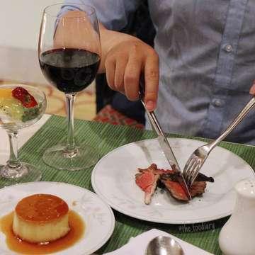 Dear diary, Besok udah kamis lagi berarti saat nya ke @hbgrillgarden nya @thepapandayan yang punya menu andalan Churraso BBQ buffet dinner tiap hari kamis malem 😋 . Siapin Perut buat nikmatin enaknya unlimited beef & lamb yang tender dan juicy maknyus! Selain bisa nikmatin daging-daging enak, buffetnya banyak banget juga ada main courses, dessert, jajanan-jajanan traditonal juga ya dan semua nya ALL YOU CAN EAT loh! Terus kamu juga udah dapet free 1 glass of wine 😍 . Ada DISKON 50% kalo kamu pake kartu debit/kredit BCA/Mandiri ya! Yuk langsung aja kesana ajakkin orang tersayang nya 🤗 . 🏡 : HB Grill & Garden by @thepapandayan Location: Jalan Gatot Subroto No.83 Bandung Price: 180.000++/person Enjoy! #foodiarybdg #kulinerbandung #thepapandayan #allyoucaneat #hotelbandung