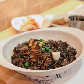 Kangen lagi sama mie khas Korea ini! My fav is 짜짱면 [Jjajangmyeon] bentuk mie nya agak besar, tapi tekstur nya kenyal & lembut! Enak banget digigit. Sauce nya juga signature banget & yummy! 😍😍 . — 📍 Legend of Noodle, Senopati 📸 Jjajjangmyeon 💸 55.000 (chicken) / 60.000 (pork) 🌟 4/5 . ✍🏻 @legendofnoodles . — #jakartaeatery #jktfoodies #jktfoodbang #jakartafoodies #tiffoodies #tiffeats #tiffcoffeeguide #jkteatery #jakartafood #japanesefood #jakartafoodie #jakartahotspot #jakartafoodtravel #jktfoodtravel #jktcoffeeguide #foodporn #sushi #sushijkt #sushigo #sushigojkt #jakartaeatery #jkteatery #koreanbbq