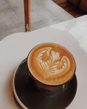 Flat White & Magic @sejiwacoffee Bandung ☕  @yoandawinata ❤ . .  #tjhangsharon #coffeeshop #flatwhite #magic #coffee #coffeeart #sejiwacoffee #bandung #bandungcoffeeshop #kulinerbandung #handsinframe #coffeeshop #masfotokopi #mbafotokopi