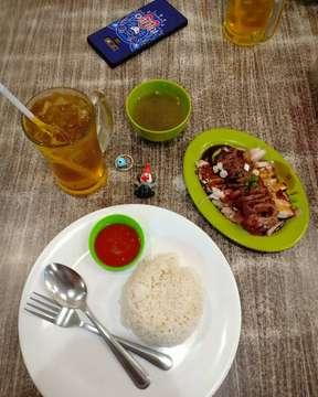 Makan malam~ Having a super dinner at Lye Kitchen : Nasi Hainam 3 Rasa Ayam panggang, pek cam ke dan siobak Porsi nasi hainam nya agak dikit sih,recommended nya tambah seporsi lagi lah hehe 😁 Untuk 3 rasa, saus nya sedikit keasinan tapi siobak dan ayam panggang nya best banget lah • • 📍 @thelyekitchen • 💰 Nasi Hainam 3 Rasa IDR 38.000 • 💰 Teh Bunga Homemade IDR 8.000 • #NasiHainam #Pekcamke #AyamPanggang #Siobak #TofuMeansTahu #TofuRankS  #KulinerMedan  #TheLyeKitchen