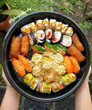 Tukang makan lagi kangenn sushii😍😍😍 Ini sushi terdekat dan terjangkauu❤ Rasanya enak gengs walaupun gak bisa ngalahin rasanya St, tapi ini worth it sesuai harganya😋😋 Worth it to tryy👍👍 .  Peco peco sushi Jalan Raya Margorejo Indah 304B, Surabaya  Sumo set B (porsi 4 org) IDR 205 k Before tax 10%  Rasa : 7/10 HALAL✔  #kulinersurabaya #kuliner #kulinersby #kulinersushi #makan #makanansby #makansushi #jualsushi #surabaya #sby #makansurabaya #makansby #makanansurabaya #sushisurabaya #sushisby #sbykuliner #surabayakuliner #sbyfood #foodporn #eatsushi #foodies #tukangmakansby #foodsby #instafood #sushi #pecopecosushi